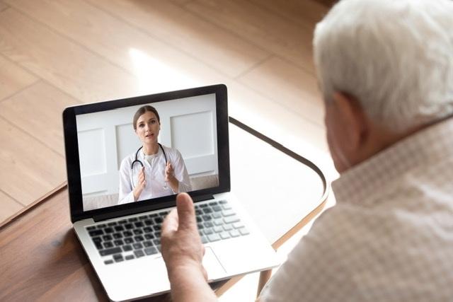 Nå har langt flere pasienter kontakt med faslegen via digitale tjenester. (Illustrasjonsfoto: Colourbox)