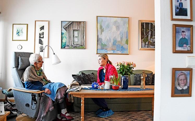 Anne Langfeldt på hjemmebesøk hos Borghild Ramskjær. Borghild bor i omsorgsbolig. Hun er blitt dårlig til bens som følge av senskader etter strålebehandling. Mange av de idylliske husene i den hvite trehusbyen er for vanskelig å tilpasse for bevegelseshemmede, og da er omsorgsboliger et alternativ. Foto: Rune Stoltz Bertinussen