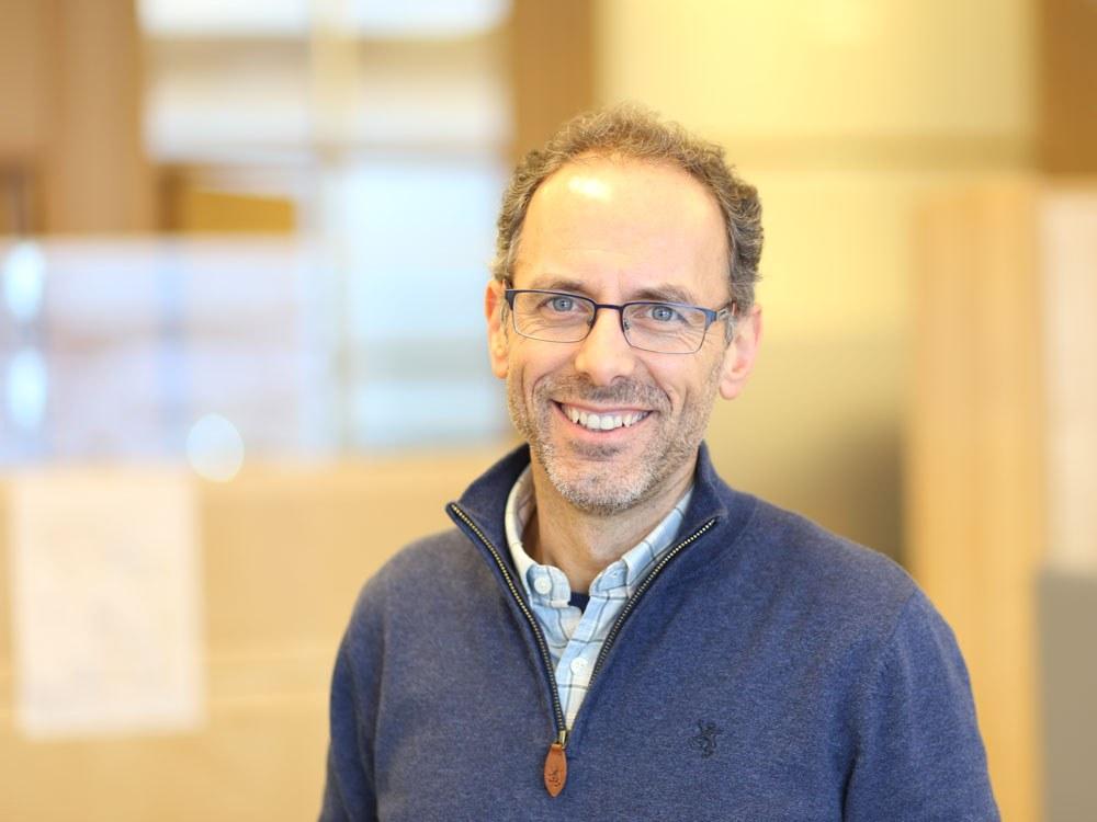 Artur Serrano er koordinator og forsker i prosjektet SENSE-GARDEN. Han er professor ved NTNU – Norges teknisk-naturvitenskapelige universitet og ved Nasjonalt senter for e-helseforskning. Foto: Jarl-Stian Olsen