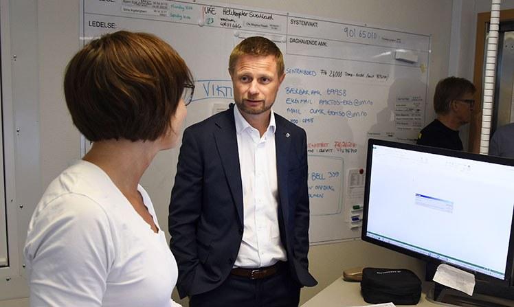 Helse- og omsorgsminister Bent Høie besøker AMK-sentralen på UNN. Foto: Rune Stoltz Bertinussen