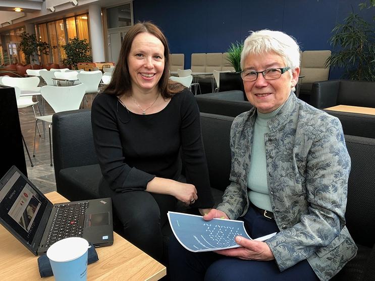 Forsker Inger Marie Holm og pensjonist Bitten Barman-Jenssen er enige om at eldre kan få stort utbytte av å bli kjent med teknologi, men at de må hjelpes på veien. Foto: Mali A. Arnstad