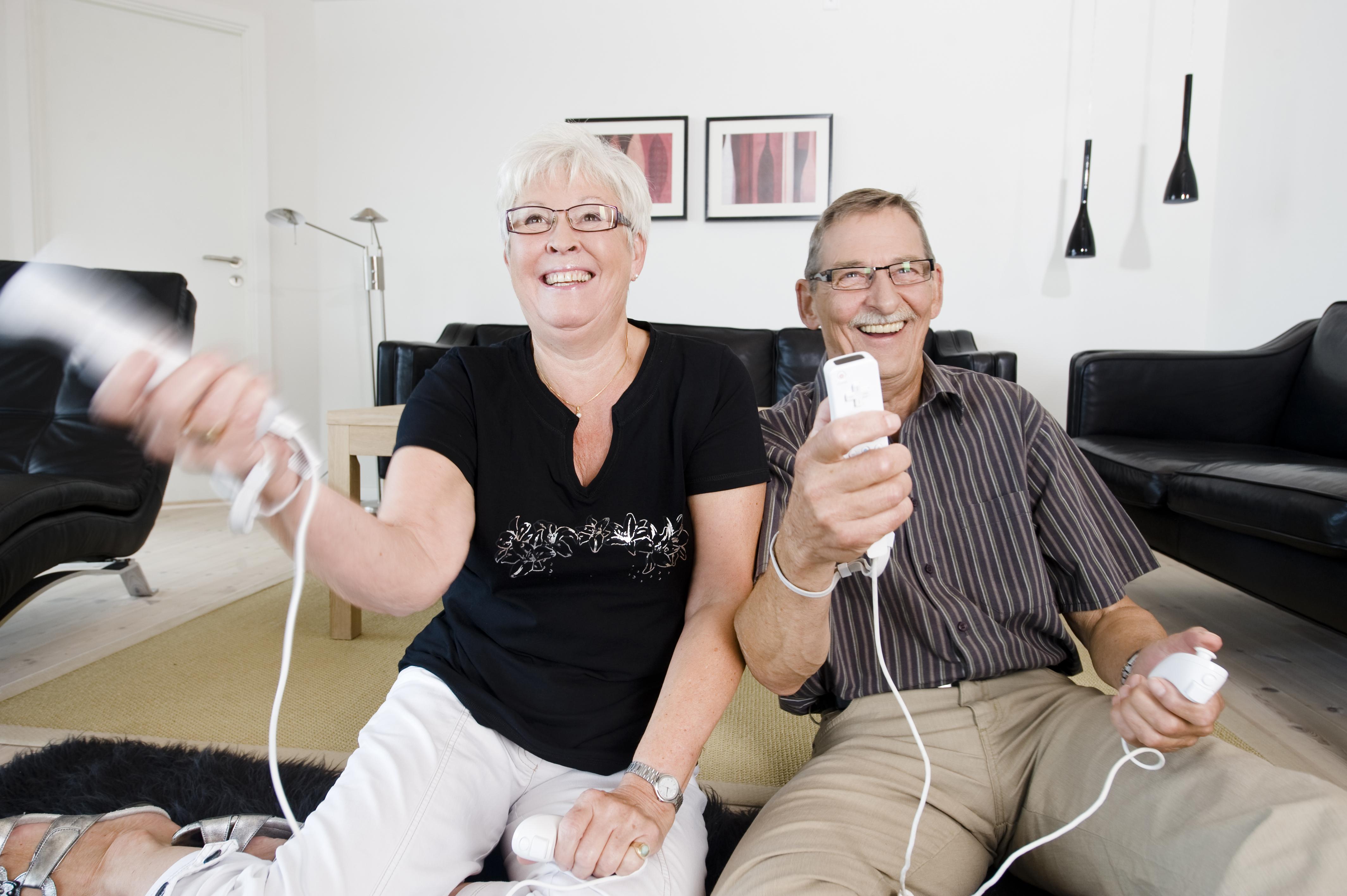 Vil du ha det like gøy på jobb som disse to har det i stua? Kom til oss, da vel! Søknadsfrist 18. juni. Foto: www.colourbox.com