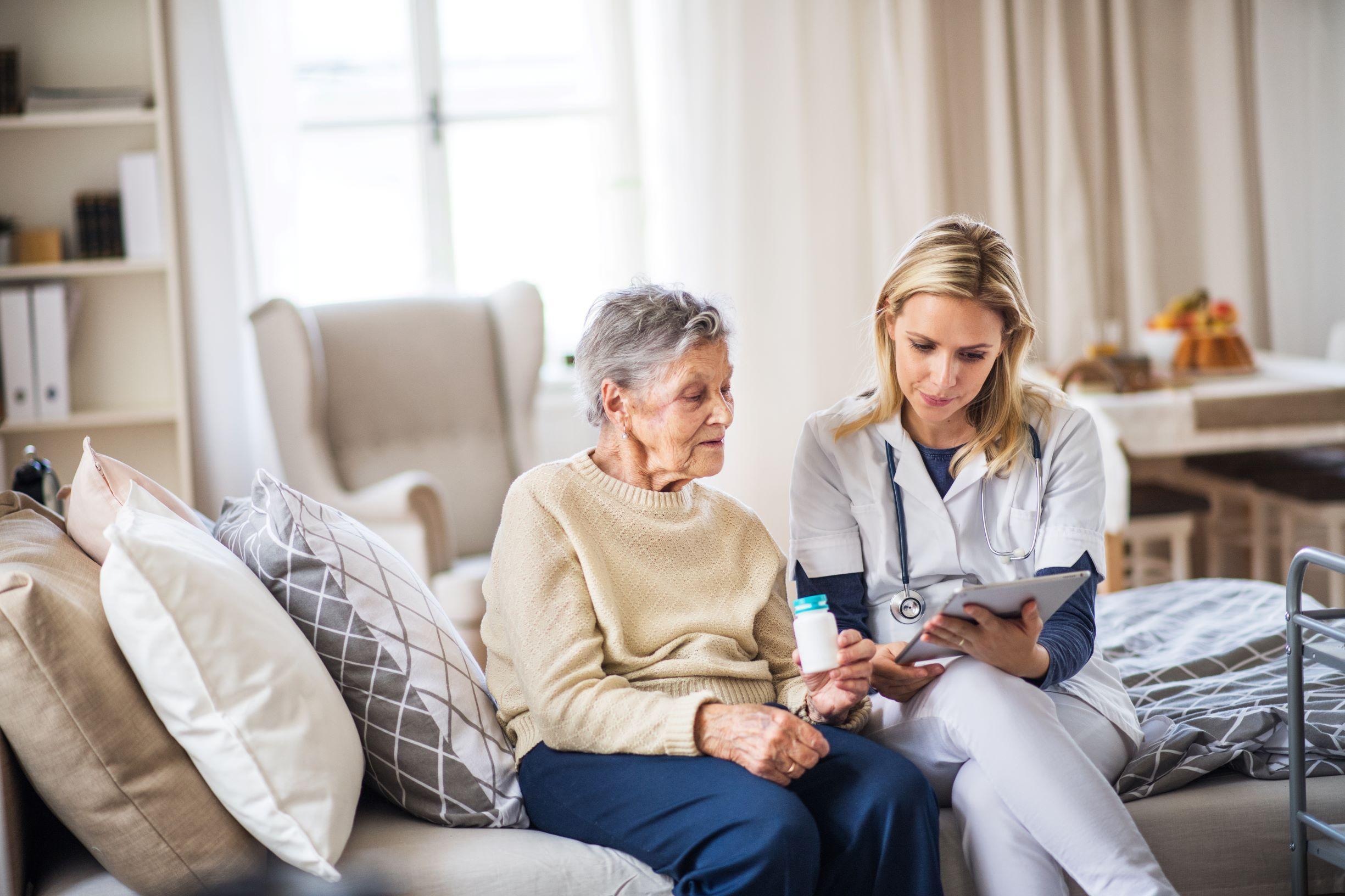 Godt råd til pasienter med multidose og deres pårørende: ta kontakt med fastlegen for å forsikre deg om at det årlig foretas en gjennomgang av legemiddellisten, og at aktuelle resepter i multidosen fornyes. Illustrasjon: Colourbox.no