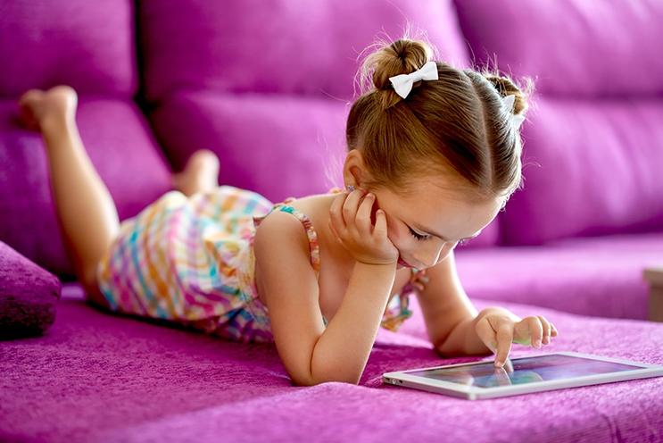 Det finnes for eksempel verktøy til mobilen som gir barn med funksjonsnedsettelse mulighet til å trener språk. – Flere barn opplevde også å endelig få mulighet til å sitte med nesa i en telefon, akkurat som alle andre, sier forskerne. Foto: www.colourbox.com