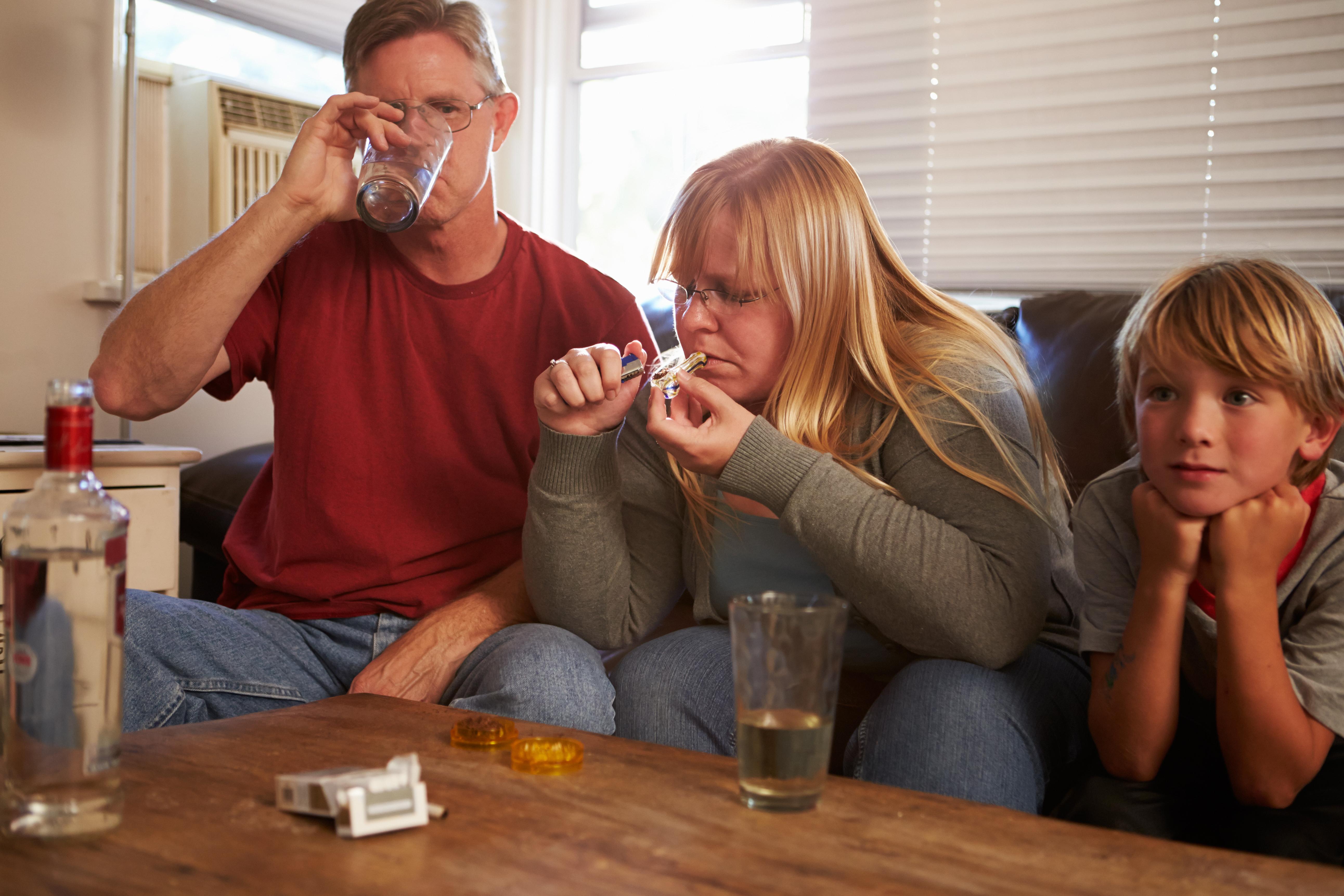 For barn med foreldre med alkohol- eller rusproblemer kan det være livsnødvendig å snakke med noen som forstår. (Illustrasjonsfoto: Colourbox)
