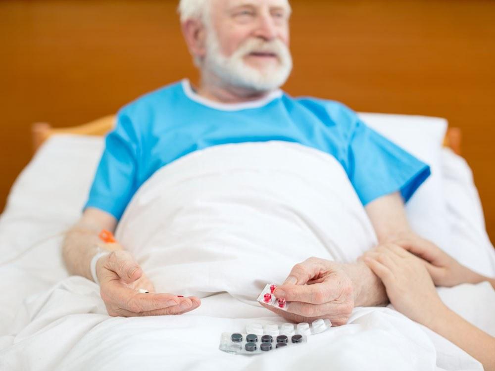 Mange leger har en travel hverdag. At resepten er elektronisk betyr ikke at den alltid er riktig for pasienten. (Illustrasjon: Colourbox)