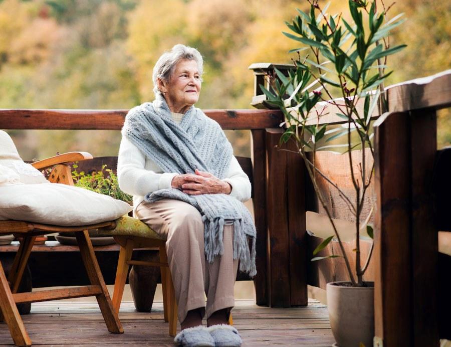 Eldre, skrøpelige og multisyke er ofte ikke på internett og få av dem deltar i helseundersøkelser. (Illustrasjon: Colourbox)