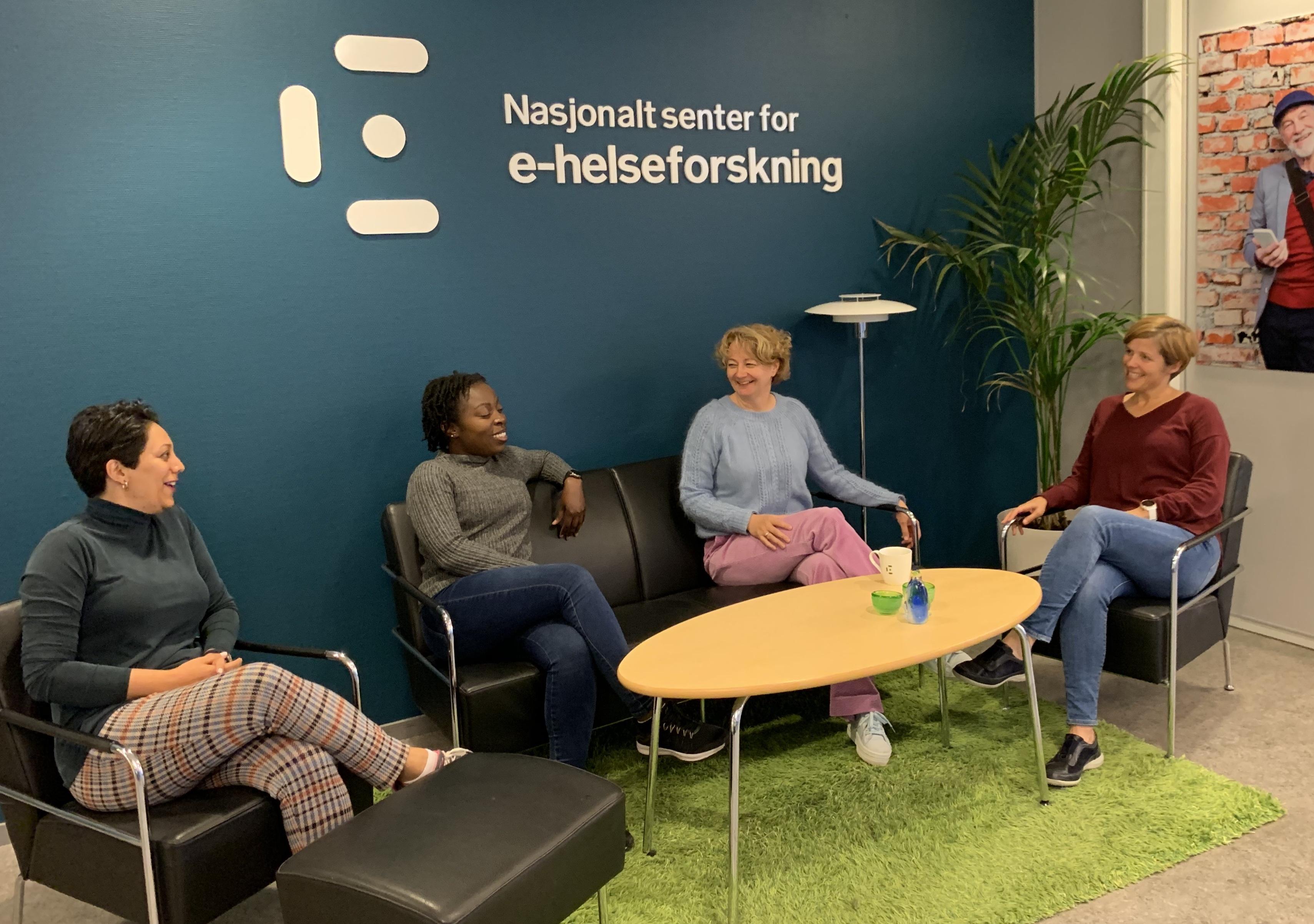 Nasjonalt senter for e-helseforskning holder til i forskningsparken i Tromsø. Her er forsker Maryam Tayefi, stipendiat Dillys Larbi, avdelingsleder Anne Torill Nordsletta og forsker Unn Sollid Manskow. Foto: E-helseforskning