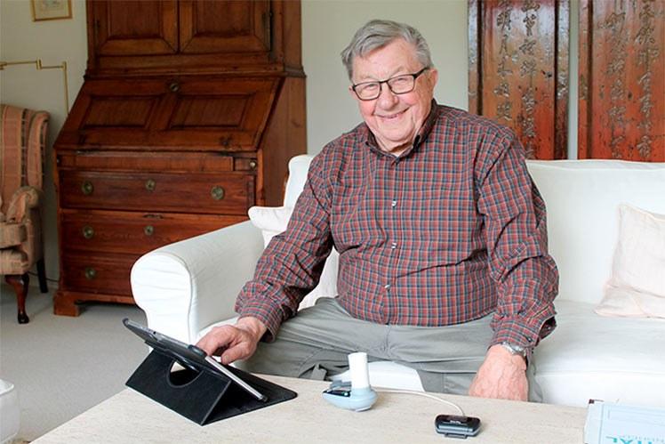 Ole Stangegaard er en pasient som har fått oppleve å ha de helsetjenester han trenger for å holde sin sykdom i sjakk, tilgjengelig 24/7 hjemme i sin egen stue. Han mener Epitalet må tilbys alle kronikere. Foto: Epital Health AS.