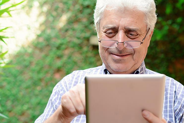 For mange eldre kan det å bruke et nettbrett virke nærmest umulig. Men slik teknologi blir det trolig bare mer av i framtiden. Derfor er det flere frivillige organisasjoner som tilbyr IKT-opplæring for eldre. Hvor effektive er disse tilbudene? Illustrasjonsfoto: Colourbox
