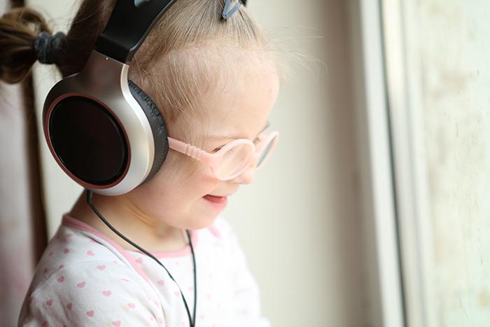 Barn og unge med diagnoser som ADHD, Cerebral Parese og Downs syndrom kan ha god nytte av ulike teknologiske apper. www.colourbox.com